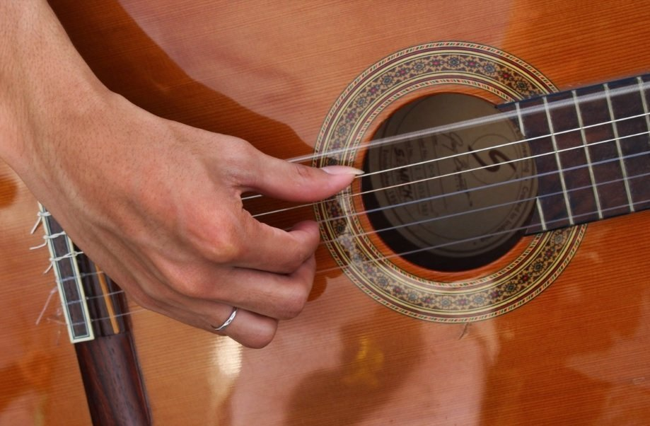 how to play guitar with your fingers
