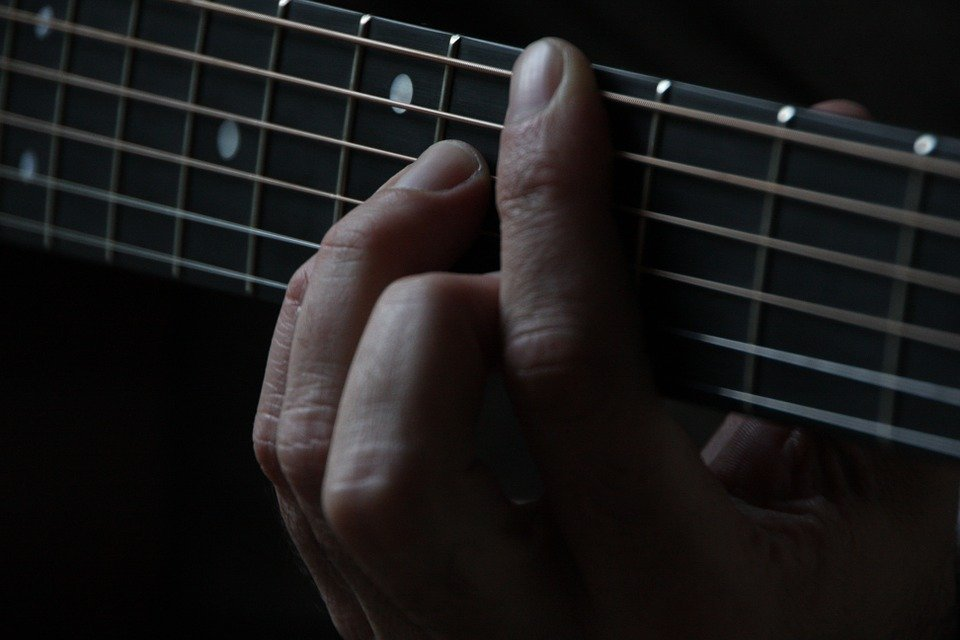 guitar tips for big fingers
