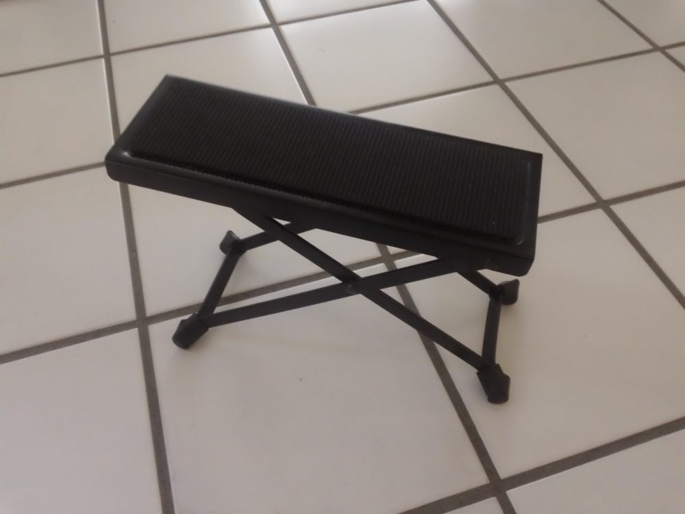 Why A Footstool For Classical Guitar Playing Matters